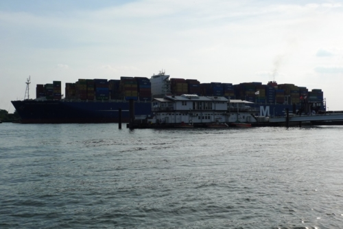 Riesiges Containerschiff passiert den Fähranleger Teufelsbrück