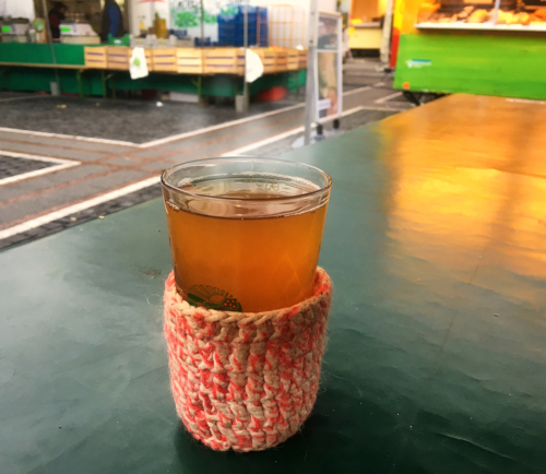 Heißer Apfelwein auf dem Konstimarkt