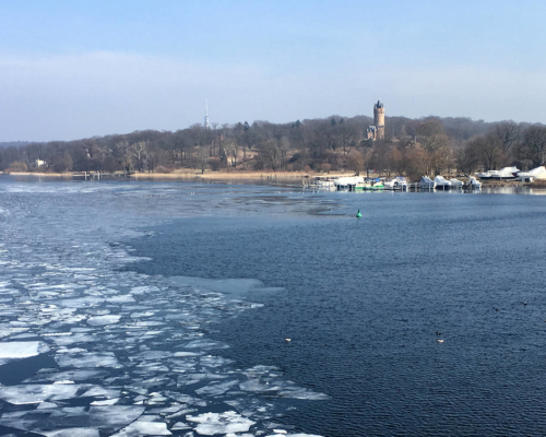 Blick zum Flatowturm. Havel mit Eisschollen.