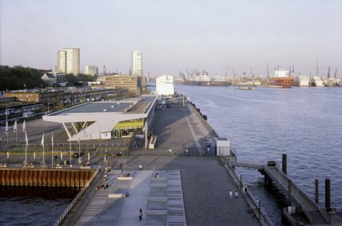 Hamburg Altona -- Blick vom Dockland elbaufwärts