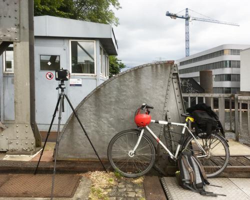 Fotografisches Gerät am Brückenhaus Lotsekai Harburg