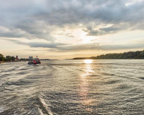 Auf der Elbe Richtung Finkenwerder