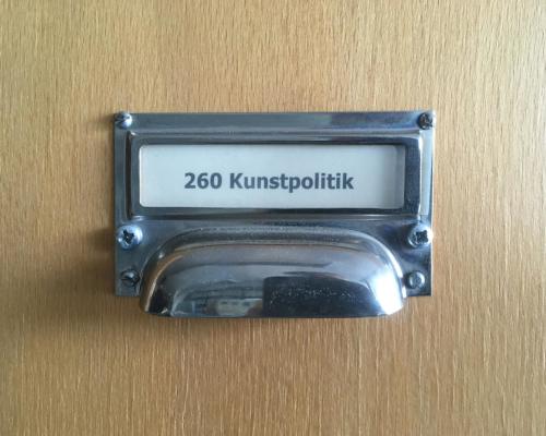 Zettelkasten im Warburghaus mit dem Stichwort Kunstpolitik