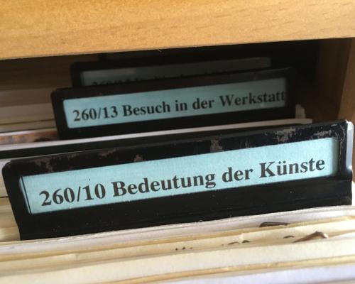 Inhalt Zettelkasten im Warburghaus mit dem Stichwort Kunstpolitik
